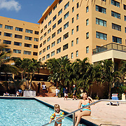 Vakantie Miami Amerika, hotel, zwembad, toeristen, zwemmen, palmbomen, palmboom, kind, ouder, moeder