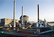 Nederland, Nijmegen, 10-3-1989De kolengestookte elekrticiteitscentrale van Electrabel, voorheen PGEM, EPON en Nuon.Links ervan de oudere centrale uit de vijftiger jaren. Eind december zal hij gesloten en vervolgens gesloopt worden. Electriciteitscentrale is onderdeel van GDF SUEZ Energie Nederland. Hij zal ein dit jaar gesloten worden vanwege ouderdom, stroomoverschot en milieuakkoord. Foto: Flip Franssen