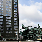 Nederland Rotterdam 1 februari 2009 20090201 Foto: David Rozing ..man wandelt langs hoogbouw op weena. Appartments located in the centre of Rotterdam.  ..Foto: David Rozing