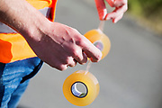 Een teamlid houdt de aerotape vast waarmee de kap op de VeloX wordt vastgezet. In Battle Mountain, Nevada, oefent het team op een weggetje. Het Human Power Team Delft en Amsterdam, dat bestaat uit studenten van de TU Delft en de VU Amsterdam, is in Amerika om tijdens de World Human Powered Speed Challenge in Nevada een poging te doen het wereldrecord snelfietsen voor vrouwen te verbreken met de VeloX 7, een gestroomlijnde ligfiets. Het record is met 121,44 km/h sinds 2009 in handen van de Francaise Barbara Buatois. De Canadees Todd Reichert is de snelste man met 144,17 km/h sinds 2016.<br /> <br /> With the VeloX 7, a special recumbent bike, the Human Power Team Delft and Amsterdam, consisting of students of the TU Delft and the VU Amsterdam, wants to set a new woman's world record cycling in September at the World Human Powered Speed Challenge in Nevada. The current speed record is 121,44 km/h, set in 2009 by Barbara Buatois. The fastest man is Todd Reichert with 144,17 km/h.