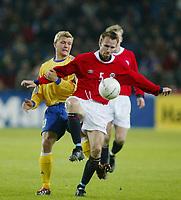 Fotball, 17. april 2002. Landskamp, Norge v Sverige 0-0.  Christer Basma, Norge mot Marcus Allbäck, Sverige