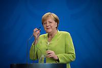 DEU, Deutschland, Germany, Berlin, 13.08.2018: Bundeskanzlerin Dr. Angela Merkel (CDU) bei einer Pressekonferenz im Bundeskanzleramt. In der Hand hält sie einen Kopfhörer für die Übersetzung der Dolmetscher.