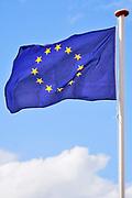 Nederland, Nijmegen, 13-5-2020 Aan een vlaggestok hangt de europese vlag strak in de wind te wapperen . Foto: Flip Franssen