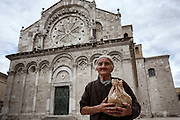 Antonietta Anselmi, contadina di 80 anni in piazza papa Giovanni XXIII, sullo sfondo la Cattedrale Beata Vergine Maria Assunta in Cielo. Troia 29 Maggio 2014.  Christian Mantuano / OneShot