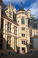 France, Cher (18), Bourges, palais Jacques-Coeur, la cour, la tour d'escalier // France, Cher (18), Bourges, Jaques Coeur Palace, the stair tower in the courtyard