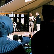 Huizerdag 1999, opening door burgemeester Verdier onder toeziend oog van echtpaar in Huizer klederdracht