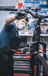 THEMENBILD - Mitarbeiter eines Fahrradgeschäftes repariert ein Fahrrad während der Coronavirus Pandemie. Ab heute sperren zahlreiche Handelsgeschäfte nach dem einmonatigen Shutdown wieder auf. Zell am See Kaprun am Dienstag 14. April 2020. // Bicycle shop employee repairs a bicycle during the World Wide Coronavirus Pandemic. Starting today, many shops will re open after the one-month shutdown in Kaprun, Austria on 2020/04/14. EXPA Pictures © 2020, PhotoCredit: EXPA/ JFK