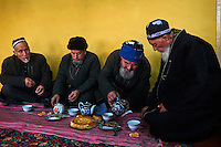 Ouzbekistan, region de Fergana, Kokand, hommes ouzbeks dans une Tchaikhana, maison de thé traditionnelle // Uzbekistan, Fergana region, Kokand, Uzbek men in a Tchaikhana, traditional tea house