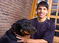 BILDET INNGÅR IKKE I FASTAVTALENE PÅ NETT MEN MÅ KJØPES SEPARAT<br /> <br /> Fotball<br /> Argentina<br /> Sergio Aguero Kun<br /> Foto: imago/Digitalsport<br /> NORWAY ONLY<br /> <br /> 15.08.2005  <br /> Sergio Aguero (Independiente / Argentinien) mit seinem Hund Atila -