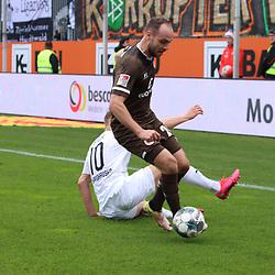 Rico Benatelli (Nr.26, FC St. Pauli) gegen Julius Biada (Nr.10, SV Sandhausen) am Ball  beim Spiel in der 2. Bundesliga, SV Sandhausen - FC St. Pauli.<br /> <br /> Foto © PIX-Sportfotos *** Foto ist honorarpflichtig! *** Auf Anfrage in hoeherer Qualitaet/Aufloesung. Belegexemplar erbeten. Veroeffentlichung ausschliesslich fuer journalistisch-publizistische Zwecke. For editorial use only. For editorial use only. DFL regulations prohibit any use of photographs as image sequences and/or quasi-video.