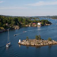 Blindleia, kystgaten mellom Lillesand og Kristiansand, fylles opp av små og store båter i slutten av juli.  Lillesand kan sees i bakgrunnen.