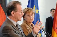 10 JAN 2007, BERLIN/GERMANY:<br /> Franz Muentefering (L), SPD, Bundesarbeitsminister, und Angela Merkel (R), CDU, Bundeskanzlerin, waehrend einer Pressekonferenz zu den Ergebnissen der vorangegangenen Kabinettsitzung, Bundeskanzleramt<br /> IMAGE: 20070110-01-014<br /> KEYWORDS: Franz Müntefering