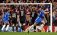 Fotball<br /> Champions League 2004/05<br /> Chelsea v Bayern München<br /> 6. april 2005<br /> Foto: Digitalsport<br /> NORWAY ONLY<br /> Chelsea's Joe Cole wheels away to celebrate scoring the first goal.