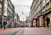 Nederland, Nijmegen, 17-12-2020 Lockdown in Nederland. De niet essentiele winkels zijn dicht. Kerstversiering hangt in de straten.Het is stil en leeg in de stad. Winkelstraat in het centrum .Foto: ANP/ Hollandse Hoogte/ Flip Franssen