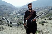 Khyber pass to Afghanistan, Border guard, Near Peshawar, Khyber Pakhtunkhwa, Pakistan // Pakistan, Khyber Pakhtunkwa, col de Khyber vers l Afghanistan, garde frontiere