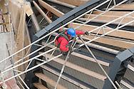 Nederland, Den Bosch, 20090928..Gevaarlijk werk. Bouwvakkers bovenop een dakconstructie. Gezekerd met een klimvest..Jeroen Bosch Ziekenhuis in Den Bosch aanbouw.    .Gerlo Beernink/Hollandse Hoogte    .Gerlo Beernink/Hollandse Hoogte