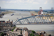 Nederland, Nijmegen, 22-8-2012Gezicht op de scheepvaart op de rivier de Waal. Spoorbrug met trein van de ns, n.s.., spoorwegen. Op de achtergrond de nieuwe stadsbrug in aanbouw.Foto: Flip Franssen