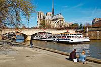 France, Paris (75), les rives de la Seine classées Patrimoine Mondial de l'UNESCO et la cathédrale Notre Dame sur l'île de la Cité et le pont Saint-Louis // France, Paris, Seine river and Notre Dame Cathedral on the Cité island