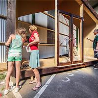 Nederland, Amsterdam, 4 mei 2016.<br /> Fab-city, expositie van allerlei duurzame initiatieven.<br /> Op de foto:<br /> Wikkelhuis, dat is een huis van karton.<br /> <br /> FabCity is een tijdelijke, gratis toegankelijke campus op de Kop van Java-eiland in het oostelijk havengebied van Amsterdam en bestaat uit zo'n vijftig innovatieve paviljoens, installaties en prototypes. Meer dan vierhonderd jonge studenten, professionals, kunstenaars en creatieven ontwikkelen de plek tot een duurzaam stedelijk gebied, waar ze werken, creëren, onderzoeken en hun oplossingen voor stedelijke vraagstukken presenteren. De deelnemers komen van verschillende onderwijsachtergronden, zoals kunstacademies, (technische) universiteiten en het beroepsonderwijs.<br /> <br /> FabCity is a temporary and freely accessible campus open between 1 April until 26 June at the head of Amsterdam's Java Island in the city's Eastern Harbour District. Conceived as a green, self-sustaining city, FabCity comprises of approximately 50 innovative pavilions, installations and prototypes. More than 400 young students, professionals, artists and creatives are developing the site into a sustainable urban area, where they work, create, explore and present their solutions for current urban issues. The participants come from various educational backgrounds, including art and technology academics, universities and vocational colleges.<br /> <br /> source:http://europebypeople.nl/fabcity-2<br /> <br /> Foto: Jean-Pierre Jans