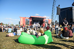 © Licensed to London News Pictures. 27/08/2017. Reading Festival 2017, Reading, UK. Pictured festival crowd and atmosphere enjoying the sunny weather on the last day of the festival. Photo credit: Andy Sturmey/LNP
