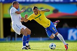 Nigel de Jong disputa bola com Daniel Alves durante o jogo amistoso entre as seleções de Brasil e Hoalnda no estádio Arena da Baixada, em Goiânia, Brasil, em 04 de junho de 2011. FOTO: Jefferson Bernardes/Preview.com