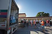 De flight case met de VeloX3 komt aan bij het motel. Het Human Power Team Delft en Amsterdam is aangekomen in Battle Mountain en begint met de voorbereidingen. In Battle Mountain (Nevada) wordt ieder jaar de World Human Powered Speed Challenge gehouden. Tijdens deze wedstrijd wordt geprobeerd zo hard mogelijk te fietsen op pure menskracht. Ze halen snelheden tot 133 km/h. De deelnemers bestaan zowel uit teams van universiteiten als uit hobbyisten. Met de gestroomlijnde fietsen willen ze laten zien wat mogelijk is met menskracht. De speciale ligfietsen kunnen gezien worden als de Formule 1 van het fietsen. De kennis die wordt opgedaan wordt ook gebruikt om duurzaam vervoer verder te ontwikkelen.<br /> <br /> The Human Power Team Delft and Amsterdam has arrived in Battle Mountain and is preparing for the races. In Battle Mountain (Nevada) each year the World Human Powered Speed Challenge is held. During this race they try to ride on pure manpower as hard as possible. Speeds up to 133 km/h are reached. The participants consist of both teams from universities and from hobbyists. With the sleek bikes they want to show what is possible with human power. The special recumbent bicycles can be seen as the Formula 1 of the bicycle. The knowledge gained is also used to develop sustainable transport.