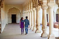 Inde, etat de Uttar Pradesh, Agra, couple dans le Fort d'Agra// India, Uttar Pradesh state, Agra, couple at Agra Fort