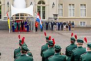 Koning Willem-Alexander en Koningin Maxima de president Filipe Nyusi, en zijn echtgenote met een cer