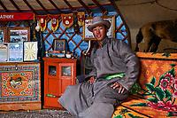 Mongolie, province Selenge, Battulga Erdenebat, nomade de 20 ans sous sa yourte // Mongolia, Selenge province, Battulga Erdenebat, nomad of 20 years old in his yurt
