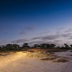 Nas Salinas do Mussulo ao cair da noite. Angola