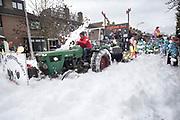 Nederland, Millingen, 22-2-2020 Carnavalsoptocht in het dorp. Traditioneel komen veel onderwerpen satirisch weergegeven voorbij zoals dit jaar het corona virus met mondkapjes en de boerenprotesten vanwege de stikstofcrisis.Foto: Flip Franssen