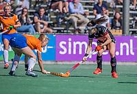 BLOEMENDAAL -  Eva de Goede (Adam) met Laurien Boot (Bldaal) tijdens de hoofdklasse hockeywedstrijd dames, Bloemendaal-Amsterdam (0-5) .  COPYRIGHT KOEN SUYK