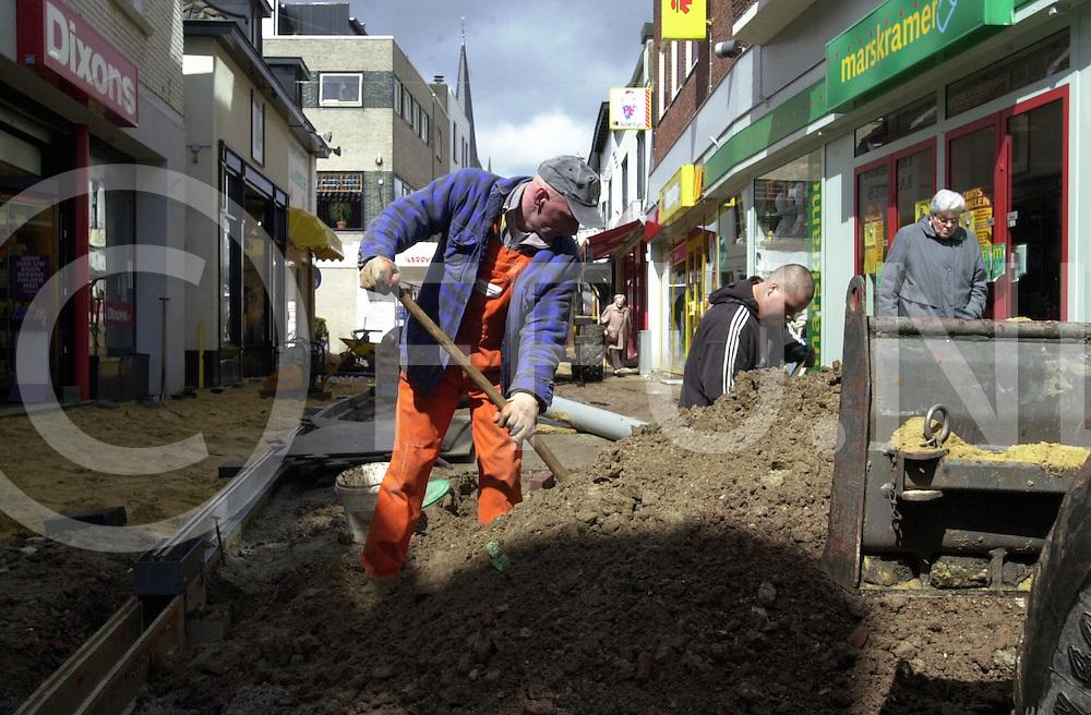 fotografie frank uijlenbroek©2001 michiel van de velde.010419 raalte ned.fu010419_07.werkzaamheden aan de grote straat