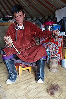 Mongolie. Province de Tov. Fillage de la laine. // Mongolia. Tov province. Wool run-through.