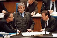 """15.04.1999, Deutschland/Bonn:<br /> Hans Eichel, SPD, Bundesfinanzminister, Joschka Fischer, B90/Grüne, Bundesaußenminister, und Gerhard Schröder, SPD, Bundeskanzler, während der Debatte zur regierungserklärung """"Aktuelle Lage im Kosovo"""" Deutschen Bundestag, Bonn<br /> IMAGE: 19990415-01/02-18<br /> KEYWORDS: Gerhard Schroeder"""