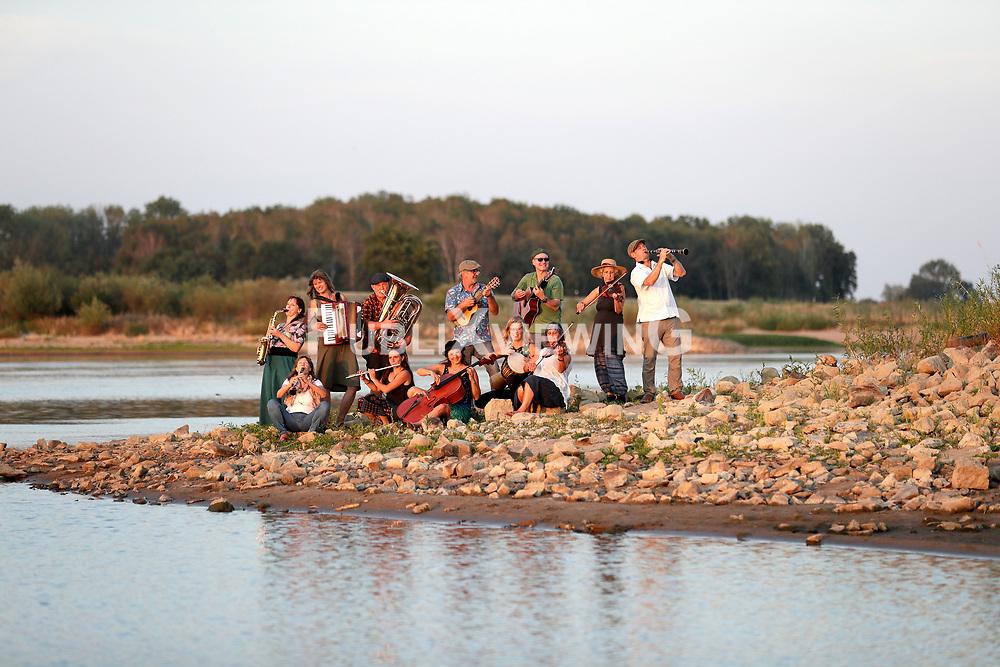 Fotoshooting des Wendland Hippie Ohrkestra im Hafen der Fähre TANJA in Neu Darchau.<br /> <br /> Ort: Neu Darchau<br /> Copyright: Andreas Conradt<br /> Quelle: PubliXviewinG