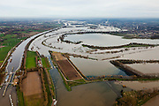 Nederland, Limburg, Gemeente Maasgouw, 15-11-2010; Hoogwater in de Maas met links de sluis van Osen (sluiscomplex Heel) die direct toegang geeft tot de Maas naar Roermond via de dubbelsluis van het Lateraalkanaal. De kleinere sluis (r) geeft toegang tot de Maas naar Roermond. Voor schepen naar het noorden biedt het kanaal een kortere en snellere route dan de oorspronkelijke Maasroute. De aanleg van het sluiscomplex zorgde er voor dat een enorme bocht in de Maas afgesneden kon worden (de Lus van Linne). Onder in beeld de Overlaat van Linne met een oude Maasarm. .Rising water at river Meuse, with lock complex at Heel with double-lock for the Lateral canal (l). For ships to the north, the channel offers a shorter and faster route than the original Maasroute. The construction of the lock complex cut of a huge bend in the Meuse(the Loop of Linne). .At the bottom Linne Spillway with an old branch of river Meuse. .luchtfoto (toeslag), aerial photo (additional fee required).foto/photo Siebe Swart