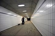Nederland, Venraij, 25-11-2012Tunnel, voetgangerstunnel,fietstunnel, onder een snelweg door. Een vrouw laat haar hond, hondje, tekkel, teckel, uit.Foto: Flip Franssen/Hollandse Hoogte