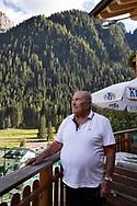 """Gelindo Darmian, classe 1938, ex alpinista nella sua casa di Rocca Pietrore, a pochi passi dalla Marmolada. """"E' cambiata veramente tanto la montagna. Mi ricordo che il ghiacciaio arrivava fino a valle, ora è quasi sparito. Quando ero bambino qua si coltivavano patate, frumento e orzo e non cresceva altro. Oggi qua cresce di tutto. Coltiviamo pomodori e zucchine e crescono perché fa molto più caldo."""" Trentino, Agosto 2020."""