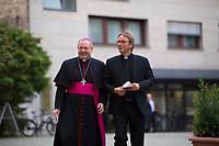 Berlin, 27.09.2021: Bischof Dr. Georg Bätzing, Vorsitzender der Deutschen Bischofskonferenz, und Prälat Dr. Karl Jüsten, Leiter des Katholischen Büros in Berlin, auf dem Weg zum St. Michael-Jahresempfang.