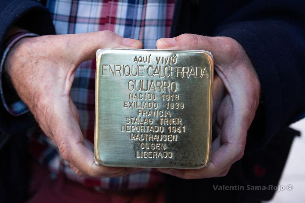 Madrid, Spain. 26th April, 2019. A relative of Enrique Calcerrada Guijarro holding the Stolperstein in his memory. © Valentin Sama-Rojo
