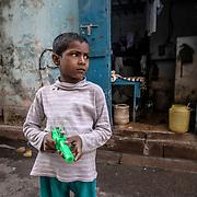 20190203 Calcutta, West Bengal Indien<br /> Liten kille med vatten pistol på en sidogata till Sudder Street, Kolkata<br /> <br /> FOTO : JOACHIM NYWALL KOD 0708840825_1<br /> COPYRIGHT JOACHIM NYWALL<br /> <br /> ***BETALBILD***<br /> Redovisas till <br /> NYWALL MEDIA AB<br /> Strandgatan 30<br /> 461 31 Trollhättan<br /> Prislista enl BLF , om inget annat avtalas.