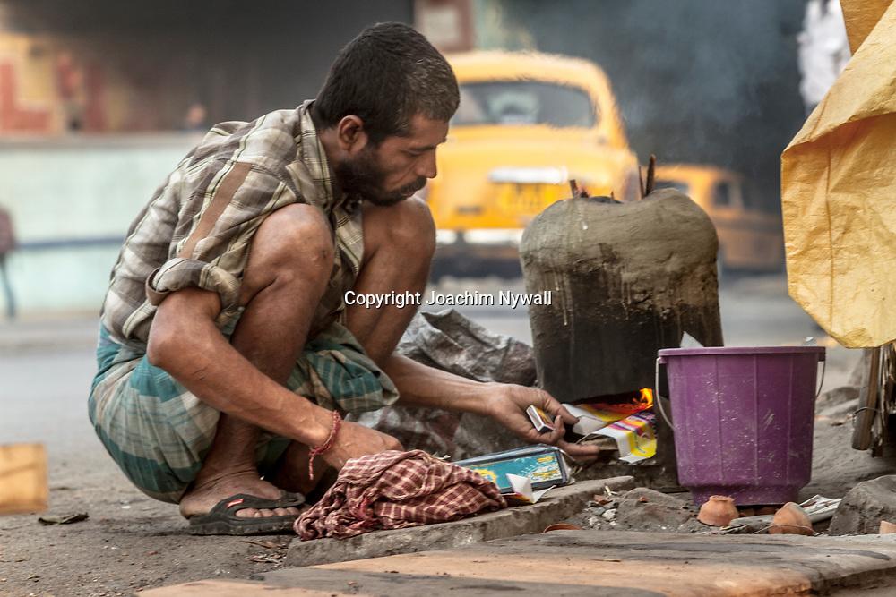 2014 10 29  Kolkata Calcutta <br /> West Bengal India Indien<br /> Man som gör upp eld för att laga mat på vid Howrah <br /> <br /> <br /> ----<br /> FOTO : JOACHIM NYWALL KOD 0708840825_1<br /> COPYRIGHT JOACHIM NYWALL<br /> <br /> ***BETALBILD***<br /> Redovisas till <br /> NYWALL MEDIA AB<br /> Strandgatan 30<br /> 461 31 Trollhättan<br /> Prislista enl BLF , om inget annat avtalas.
