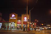 Een vestiging van fastfood keten Taco Bell en Kentucky Fried Chicken op Fillmore Street in San Francisco. De Amerikaanse stad San Francisco aan de westkust is een van de grootste steden in Amerika en kenmerkt zich door de steile heuvels in de stad.<br /> <br /> Taco Bell and Kentucky Fried Chicken at Fillmore Street in San Francisco. The US city of San Francisco on the west coast is one of the largest cities in America and is characterized by the steep hills in the city.