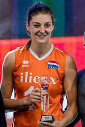 01-10-2017 AZE: Final CEV European Volleyball Nederland - Servie, Baku<br /> Nederland verliest opnieuw de finale op een EK. Servië was met 3-1 te sterk / Award voor Anne Buijs #11 of Netherlands