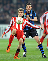 Milano, 23/02/2011<br /> Champions League/Champions League/Inter-Bayern Monaco<br /> Muller allontana sotto gli occhi di Motta