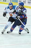 Leo Komarov (FIN) gegen Dominik Granak (SLO). © Valeriano Di Domenico/EQ Images