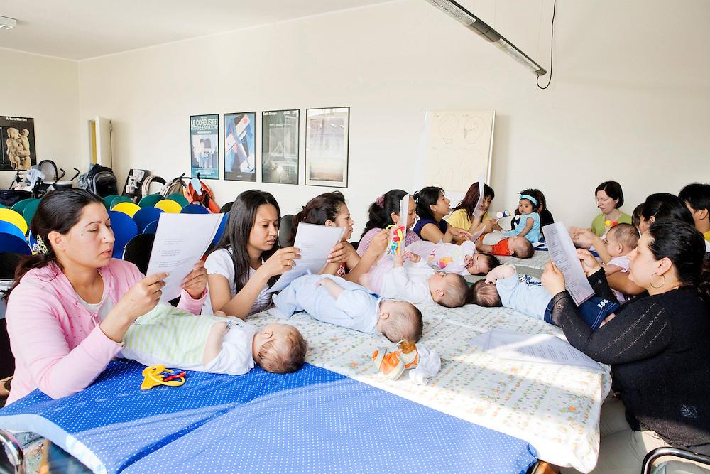 Milan, Italy, May 15th 2008. Babies group with immigrant mothers at the Life Help Center C.A.V., Mangiagalli hospital...Milano, Italia, 15 maggio 2008. Gruppo bebè con mamme straniere al consultorio C.A.V. della clinica Mangiagalli...