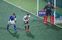 AMSTELVEEN - keeper David Harte (Kampong) , Teun Kropholler (Kampong) en Tijn Lissone (Adam) tijdens een hagelbui Hoofdklasse mannenhockey Amsterdam-Kampong (0-2) . COPYRIGHT KOEN SUYK