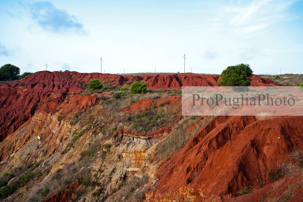 Terreno e rocce ai bordi della cava di bauxite abbondonata, nei pressi di Otranto (LE).